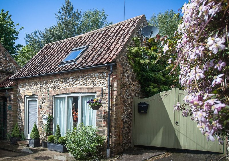 Detached Character 1 Bedroom Pretty cottage with garden in  village.Free wi-fi, holiday rental in Stanhoe