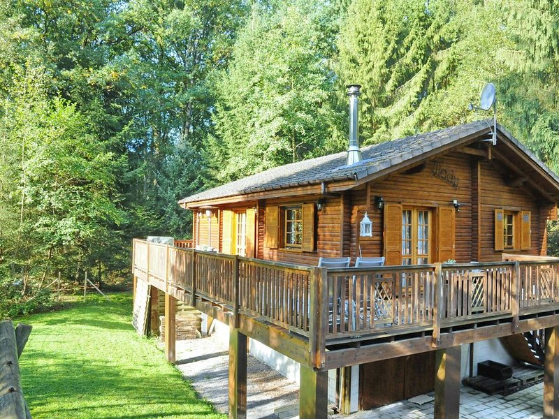 Charming, wooden chalet with sauna in a forested location near Durbuy, vacation rental in Hotton