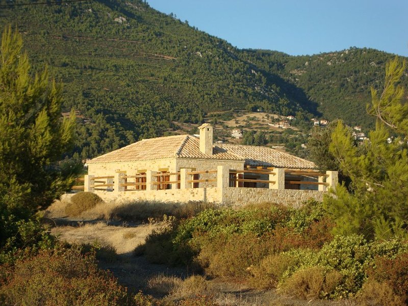 Stone Cottage With Private Pool And Sea Views On The Unspoilt Island Of Evia, casa vacanza a Limnionas