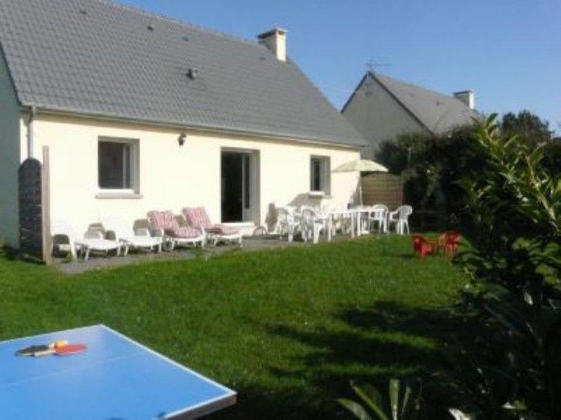 Maison récente  avec jardin à 1 km 5 de la mer, holiday rental in Regneville-sur-Mer