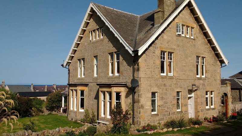 3 mins to gorgeous quiet beach, seaviews, large rooms with plenty of space, alquiler de vacaciones en Lossiemouth