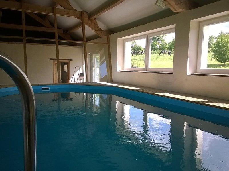 Maison en pleine campagne, avec piscine couverte et chauffée., casa vacanza a Saint-Georges-le-Gaultier