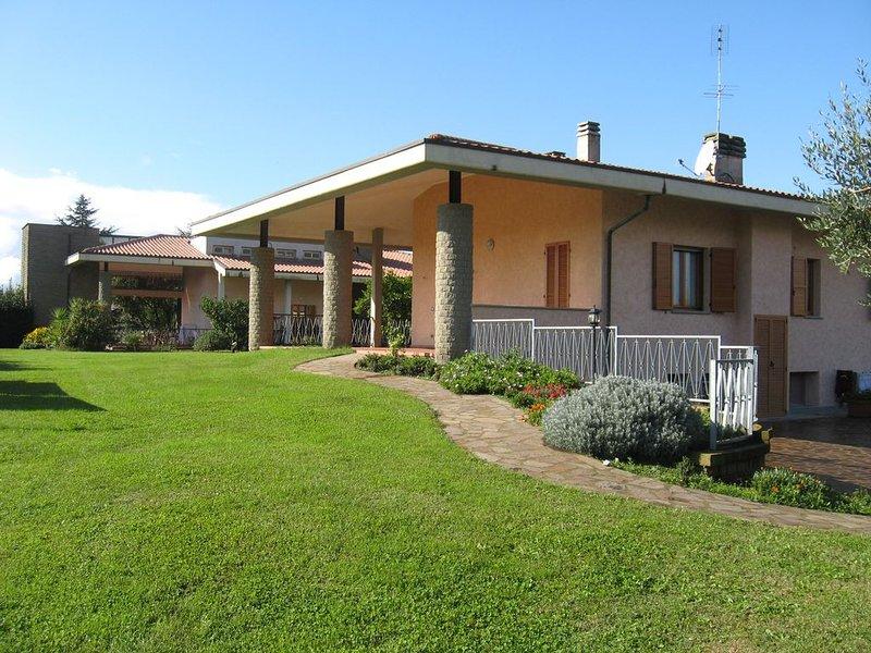 Villa con giardino vicino il lago di Bracciano, a 30 km da Roma, holiday rental in Bracciano