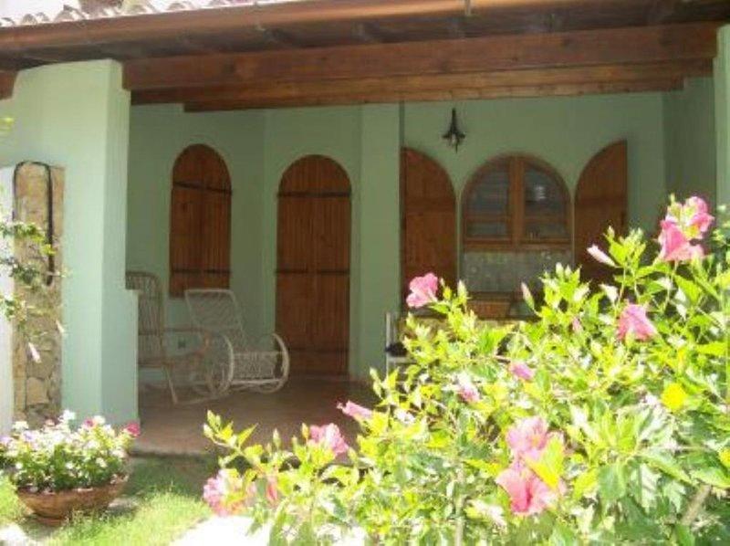 Casa con giardino a 300 mt dalla spiaggia, holiday rental in Torre delle Stelle