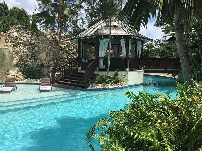 A beautiful 3 bed villa with stunning communal pool & short walk to Gibbs Beach. – semesterbostad i Gibbes