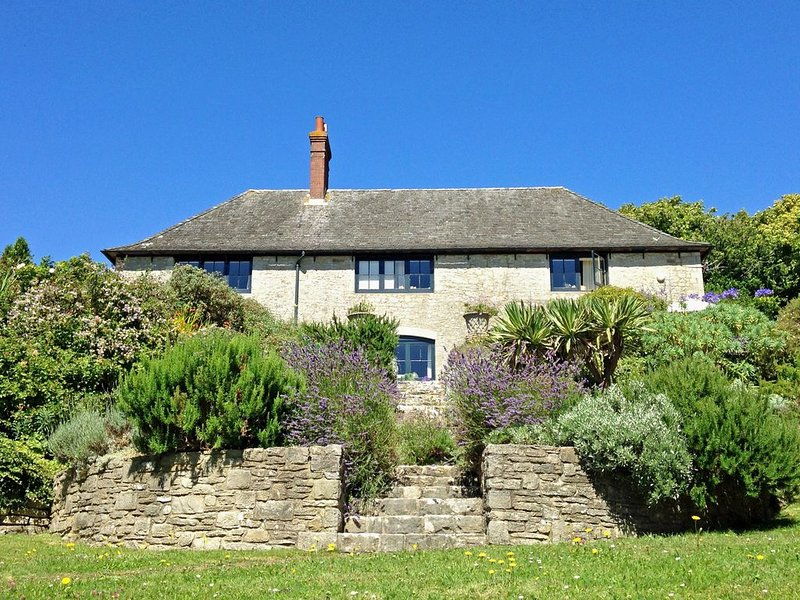 LOVELY HOME NEAR SEA WITH OUTSTANDING VIEWS IN 2 ACRES, GRASS COURT & CROQUET, location de vacances à Wool