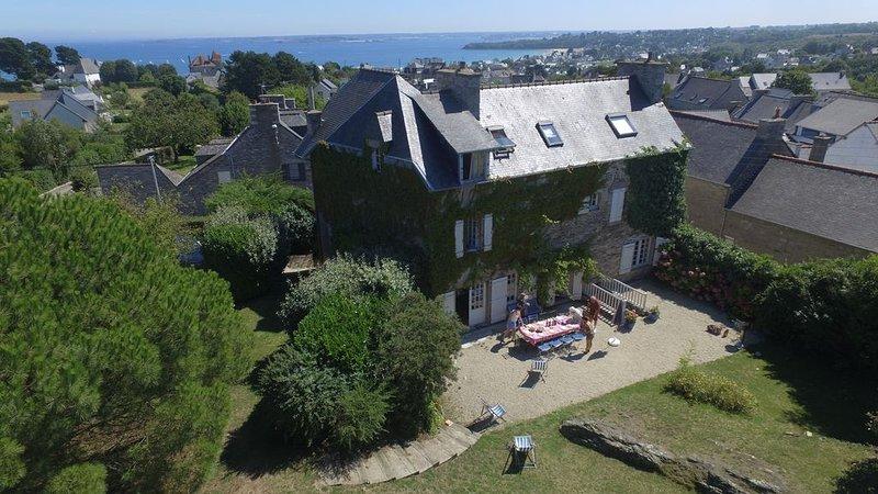 Grande maison de caractère avec jardin et vue sur mer, alquiler de vacaciones en Matignon