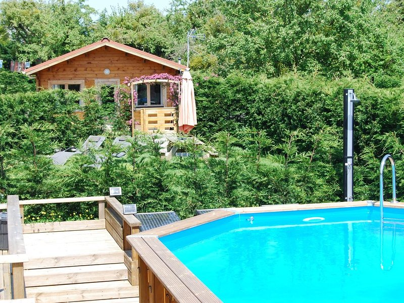 The Cabin, Les Basses Beaulinges with heated pool & sun terrace, location de vacances à Saint-Martin-de-Landelles