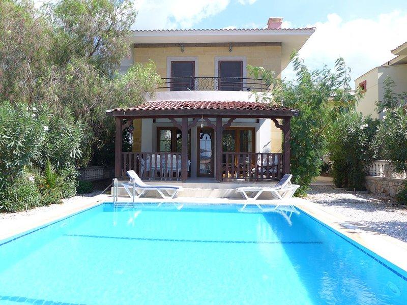 Holiday villa with private pool, holiday rental in Uzunyurt