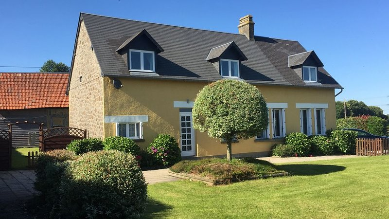 Farmhouse In Quiet Rural Setting with Stunning Views – semesterbostad i Saint-Hilaire-du-Harcouet