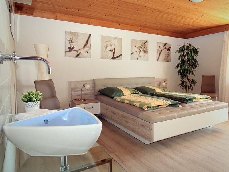 Luxuriöse Ferienwohnung mit Wasserbett, Whirlpool und Fußbodenheizung, holiday rental in Neukirchen beim Heiligen Blut