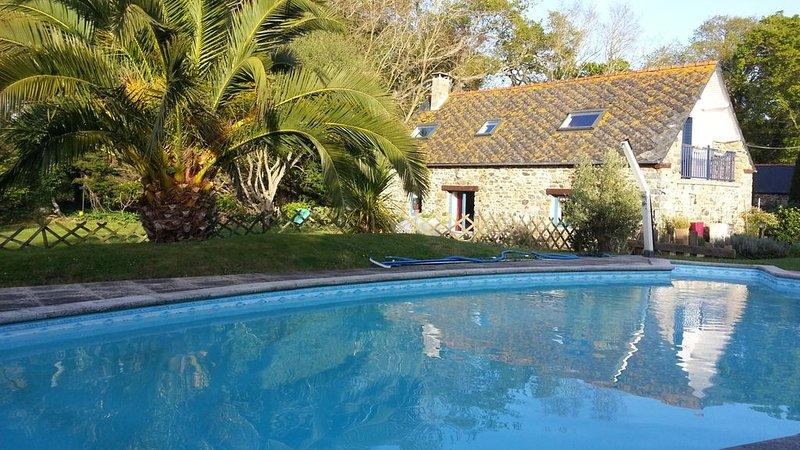 Ferme traditionnelle  à 800 m de la côte - piscine chauffée- jardin 600m2, location de vacances à Morieux