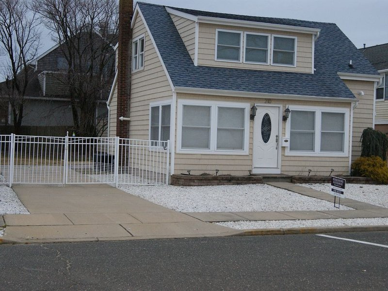 Newly Remodeled - 6 bed 2 bath,fenced yard,parking,walk to beach, great location, holiday rental in Point Pleasant Beach