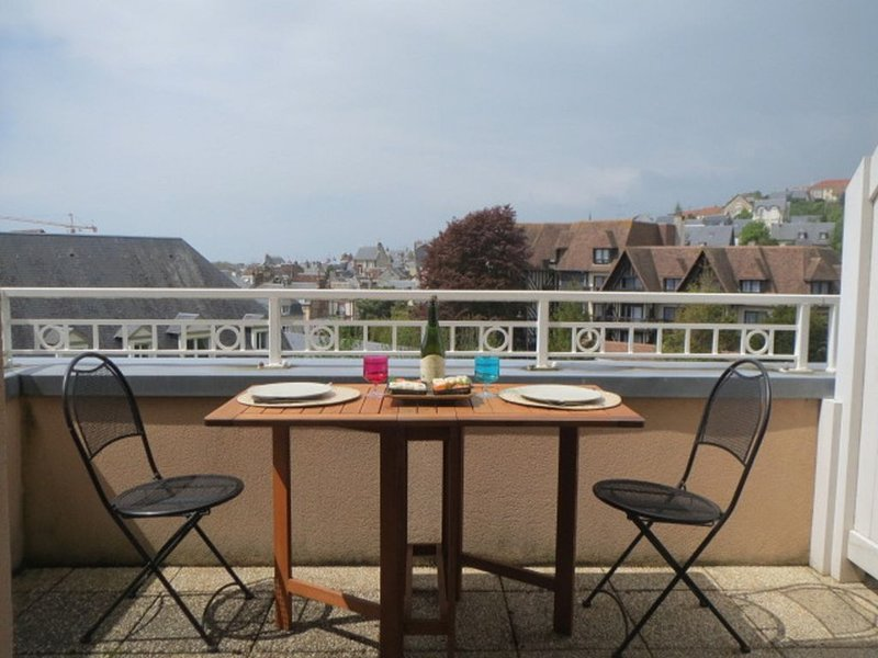 TRES AGREABLE 4 PIECES + TERRASSE, holiday rental in Bonneville-sur-Touques