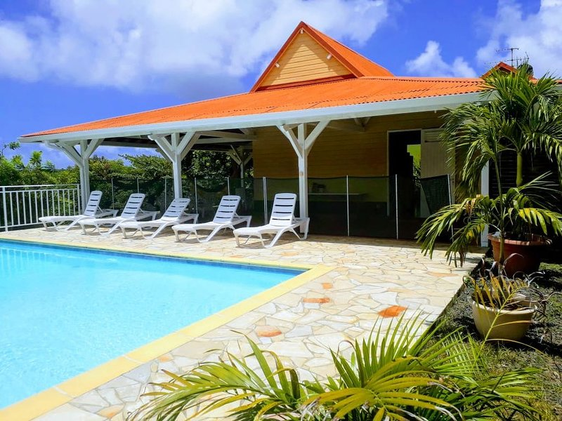 Villa créole avec piscine et vue sur les magnifiques îlets du François, alquiler de vacaciones en Le Francois