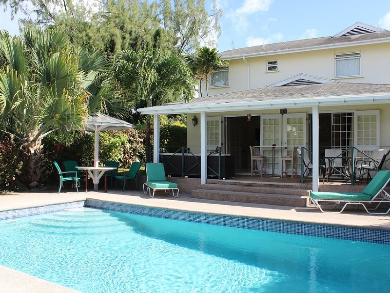 BEAUTIFUL 4 BED VILLA 2 MINS FROM MULLINS BEACH, LARGE POOL WITH DEEP END, vacation rental in Mullins