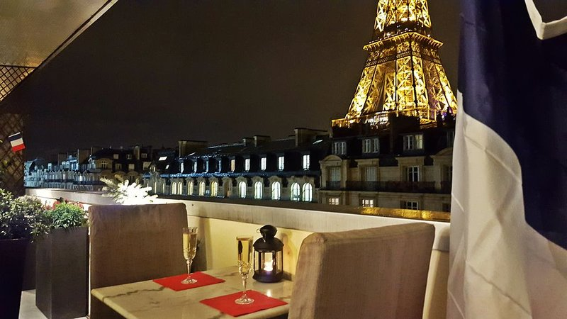Stunning 2BR at Eiffel Tower Feet , View , Quiet , All comfort of home ,FreeWIFI, holiday rental in Paris