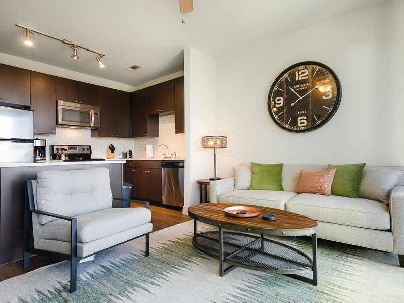 Modern condo two miles from downtown w/free WiFi, shared pool, gym, & more – semesterbostad i Dallas