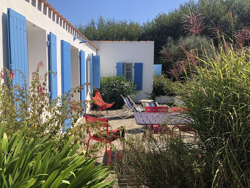 Charmante maison au calme entre le Port et St sauveur, holiday rental in Ile d'Yeu