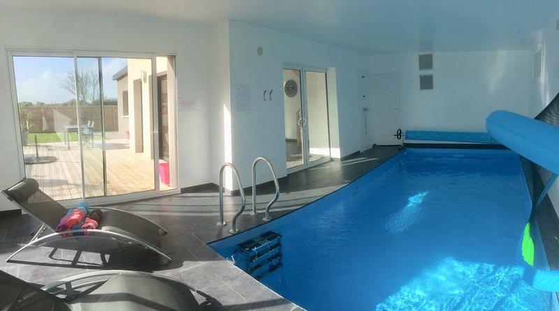 Villa/maison piscine intérieure privée 29°- plage à 100m, casa vacanza a Plouescat
