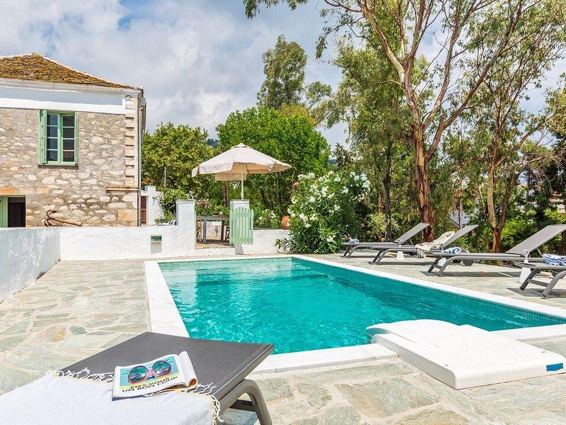 Ecrin de verdure avec piscine au coeur du village, idéale pour les familles, location de vacances à Ville de Skopelos