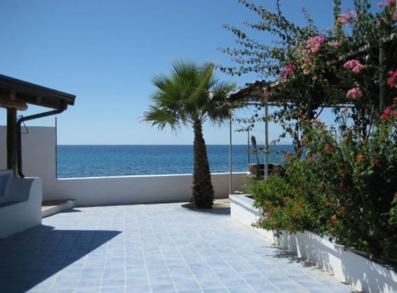 Beach House Undiscovered Paradise, holiday rental in Melito di Porto Salvo