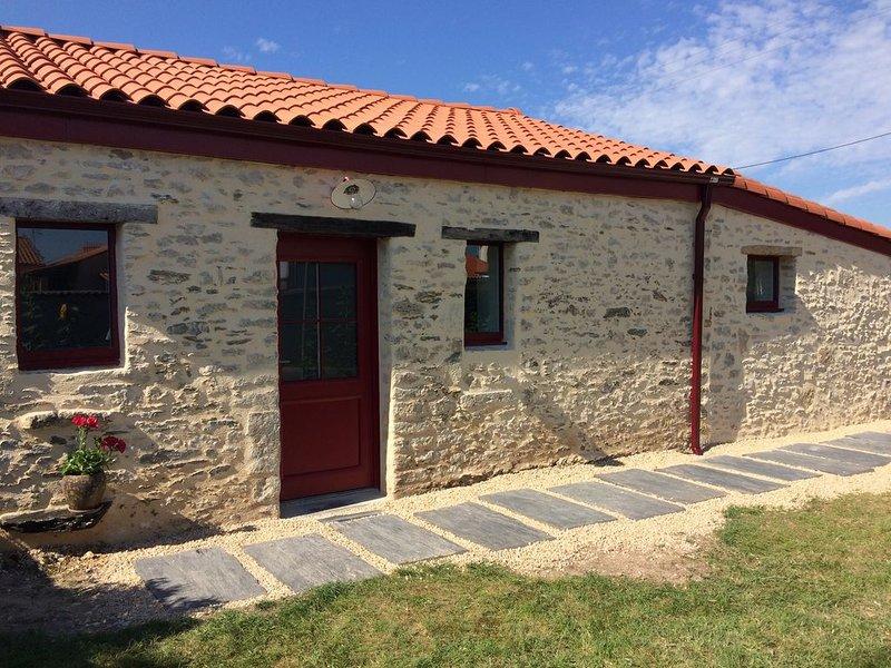 Charmante grange rénovée proche de la mer, holiday rental in Bois-de-Cene