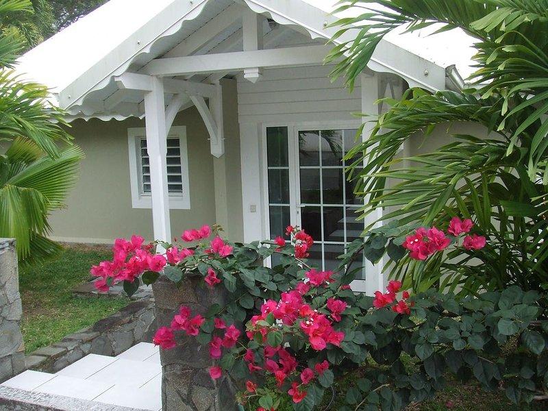 Villa de charme confortable et bien équipée terrasse donnant sur jardin tropical, location de vacances à Fort-de-France
