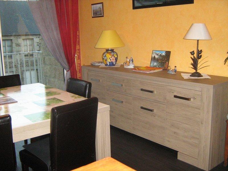 Granville 50400-Location appartement 1er etage situation ideale 50 m de la mer, vacation rental in Granville