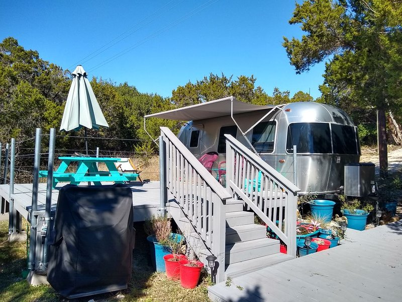 Adorable Airstream with private deck nestled along lone man creek with access, holiday rental in Wimberley