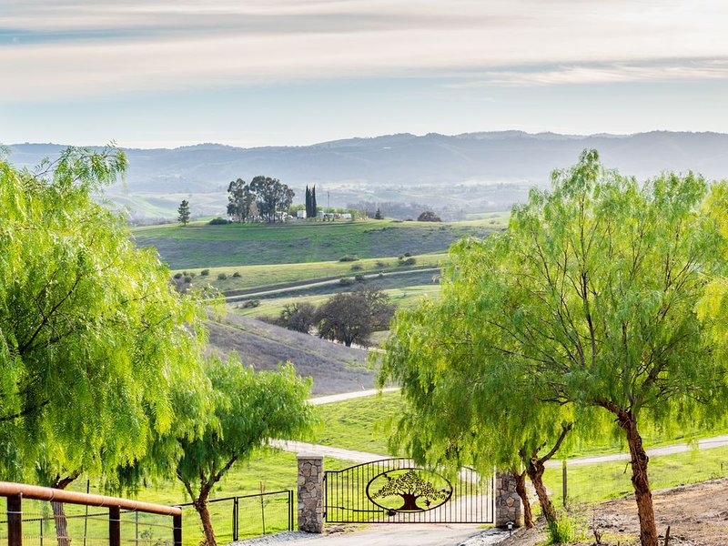 Paso Robles Wine Country - Peppertree Retreat, location de vacances à Lake Nacimiento