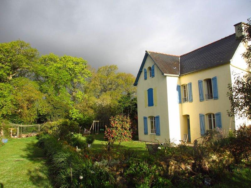Maison familiale, entre terre et mer, jardin, jeux, nature et tranquilité, alquiler de vacaciones en Melgven