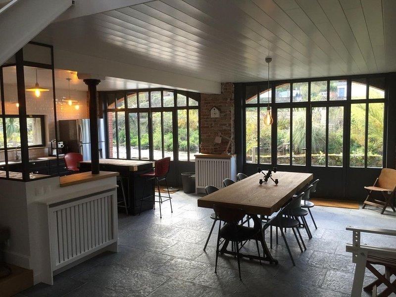 Loft de 180 m2 avec piscine privée chauffée couverte, holiday rental in Pontrieux