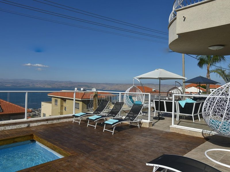 Huge and amazing villa with private pool and jaccuzi, alquiler vacacional en Arbel