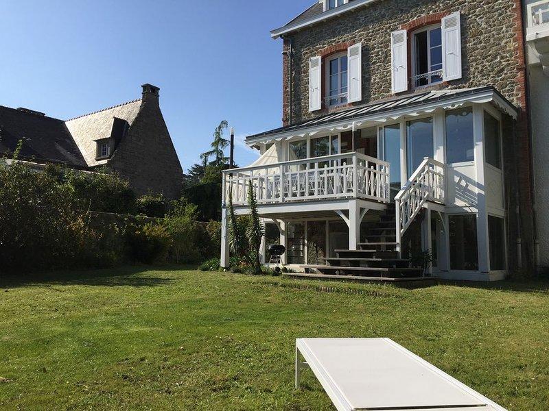 Très belle villa, terrasse et jardin plein sud, plages et centre à 2 pas, vacation rental in Dinard