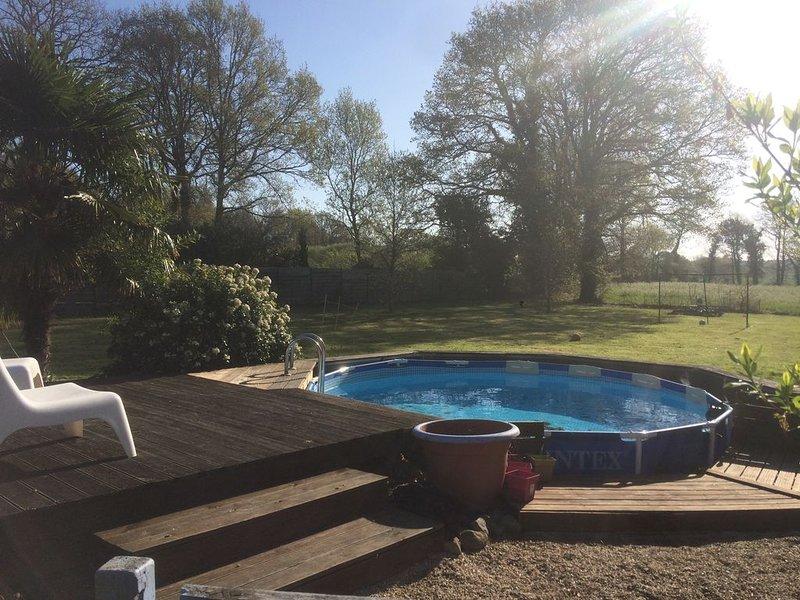 Maison en bois avec piscine privée, location de vacances à Nivillac