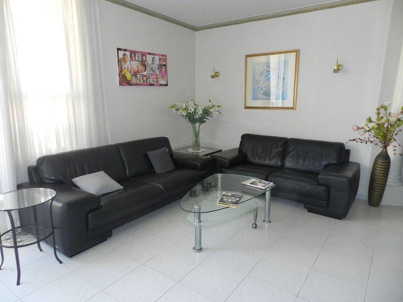 Très bel appartement tout confort à 3' du Kikar et 5' de la plage, holiday rental in Hogla
