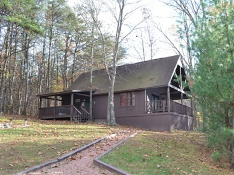 2 bedroom cabin that can sleep up to 8 with a hot tub!, holiday rental in Logan