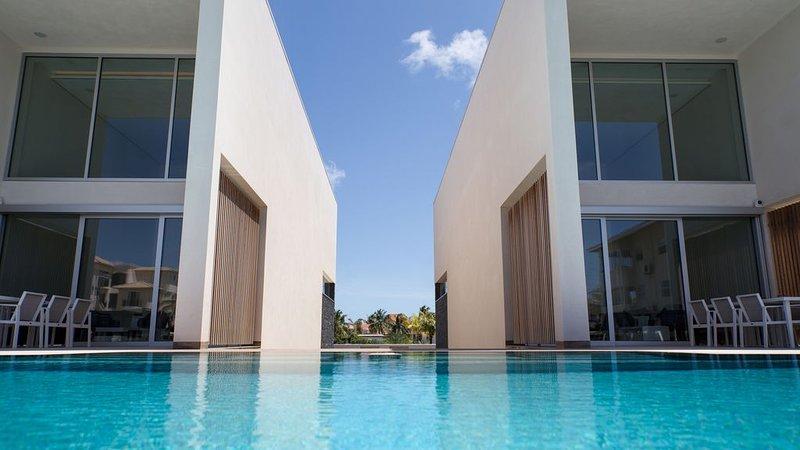 CARAIBAS fully air-conditioned vacation design villa with 20m lap pool, alquiler de vacaciones en Kralendijk