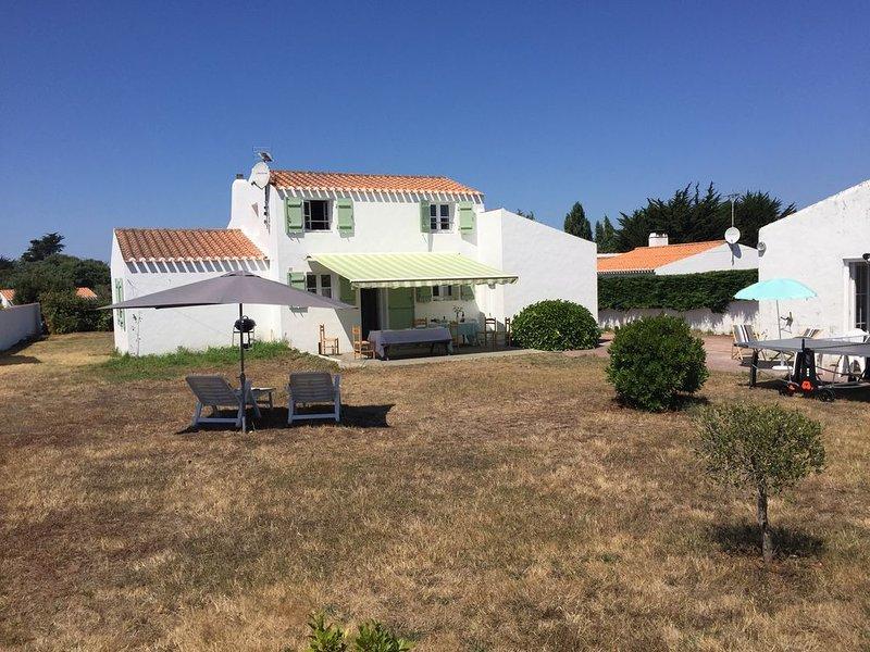 maison indépendante au centre de l'ile à 700m de la plage, au calme., holiday rental in Ile d'Yeu