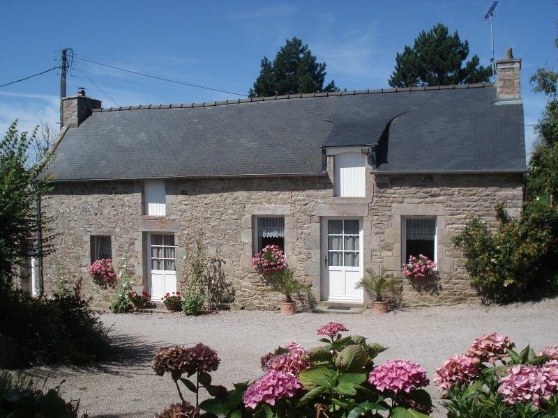 Maison de caractère indépendante, cour et jardin située a 600 m des commerces., casa vacanza a Pleherel-Plage-Vieux-Bourg