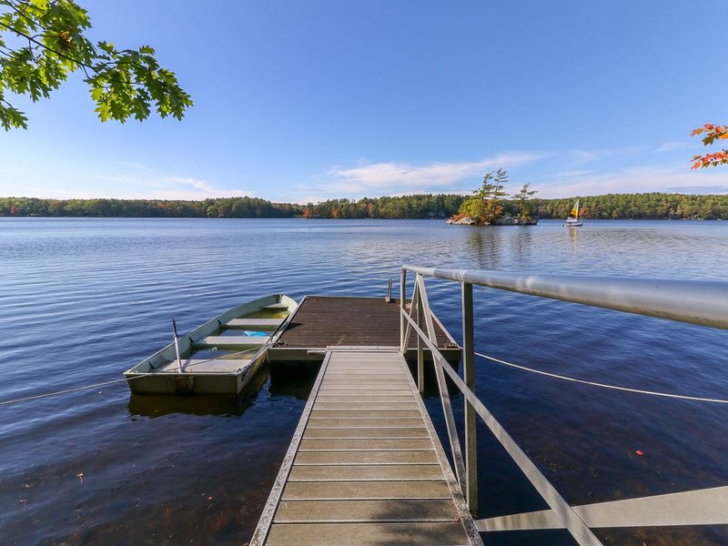 Lakefront cottage w/dock & island in Biscay Pond, screened porch, holiday rental in Nobleboro