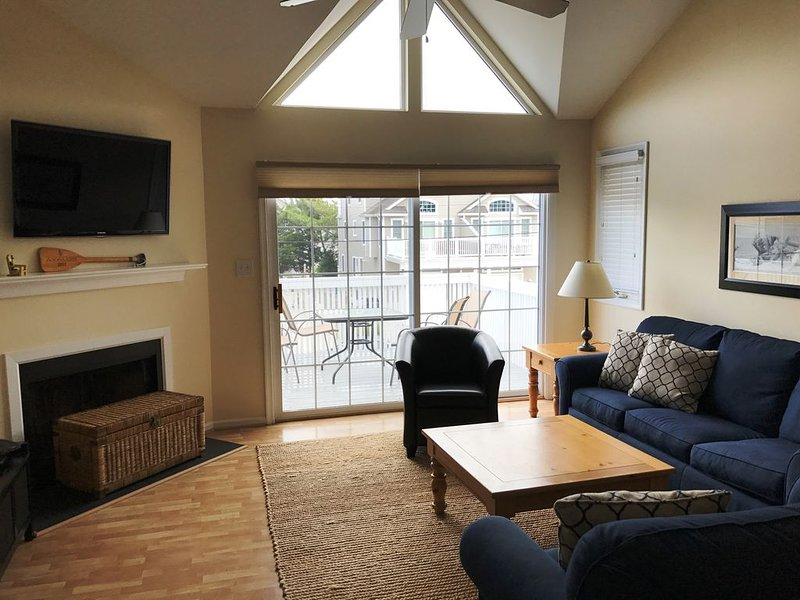 LOOK: many updates:4 Bdrm/2.5 Bath Townhouse Short Walking Distance To All, holiday rental in Avalon