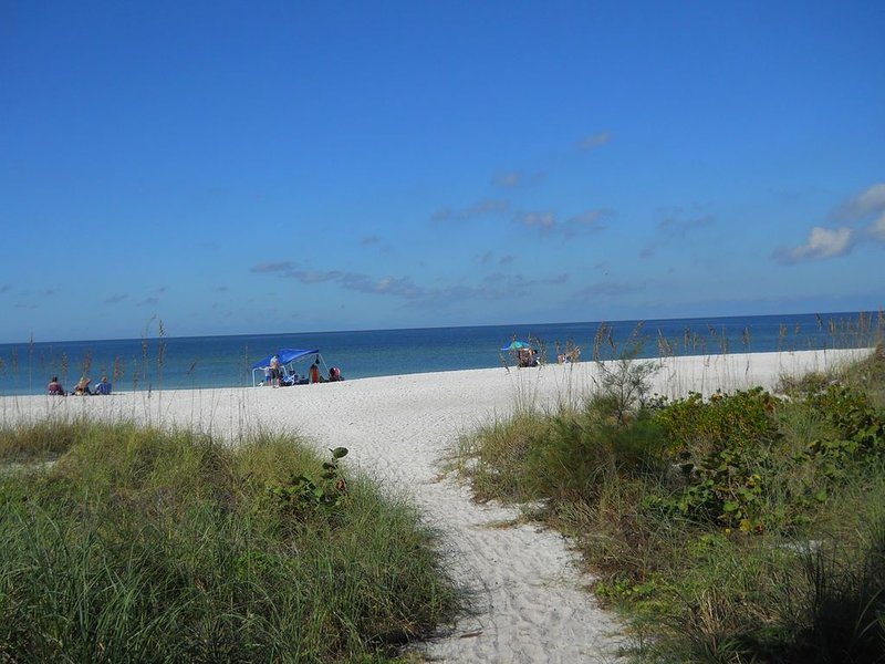 Seaside Bungalow - Beautiful Gulf of Mexico beach and heated pool, holiday rental in Holmes Beach