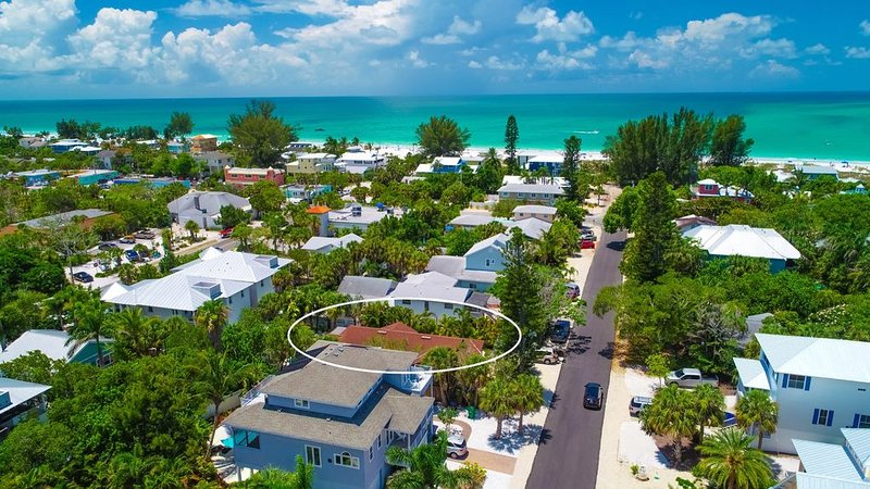 MI Oasis Getaway! Just 200 Steps to the Beach on a very quiet street, holiday rental in Anna Maria