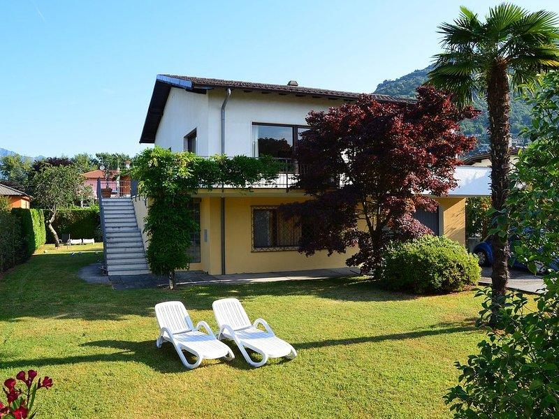 Ferienvilla mit großem Garten und überdachtem Balkon, 100 m zum Lago Maggiore, casa vacanza a Maccagno