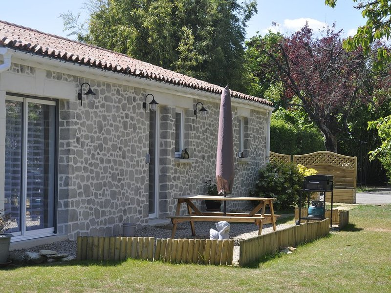 Le gîte Les Écureuils : la terrasse avec mobilier et plancha