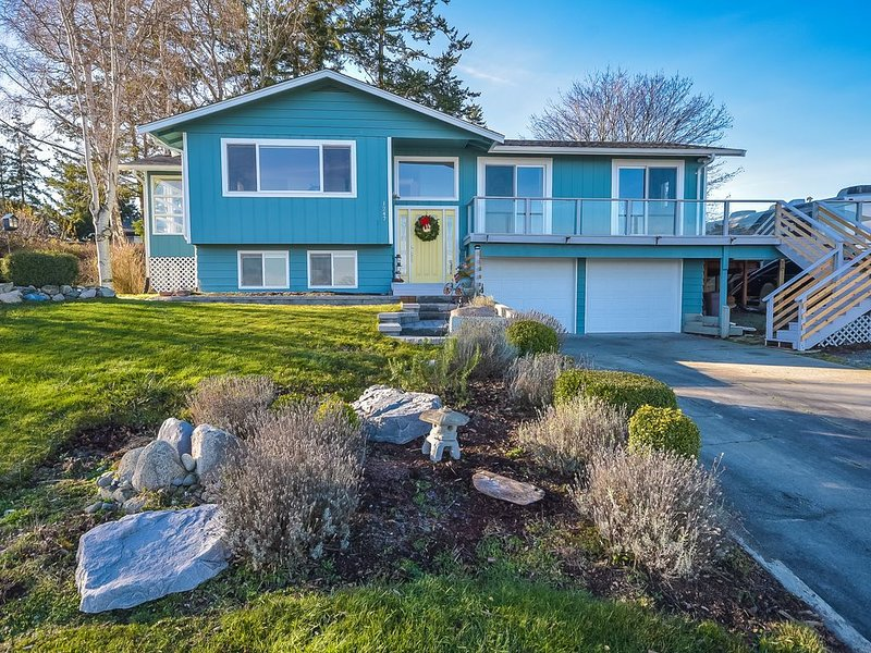 Mountain & Water Views Galore W/ Hot Tub - Newly Renovated Home, vacation rental in Oak Harbor