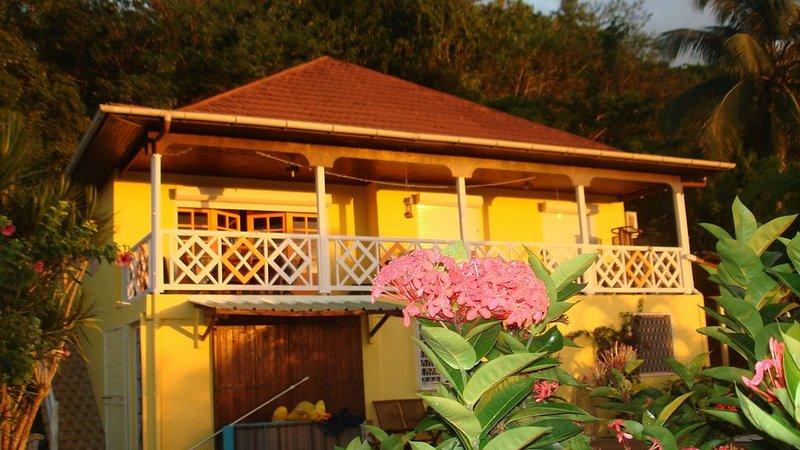 VILLA AVEC PISCINE 'MANGOO PASSION', UNE VUE A COUPER LE SOUFFLE, vacation rental in Sainte-Anne