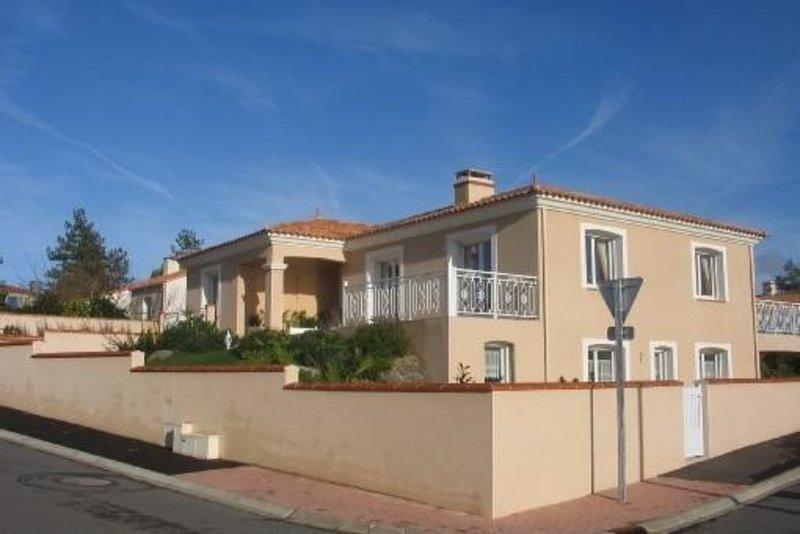 Logement de 45m2; en rez de jardin dans villa à Brem sur Mer, holiday rental in L'Ile-d'Olonne